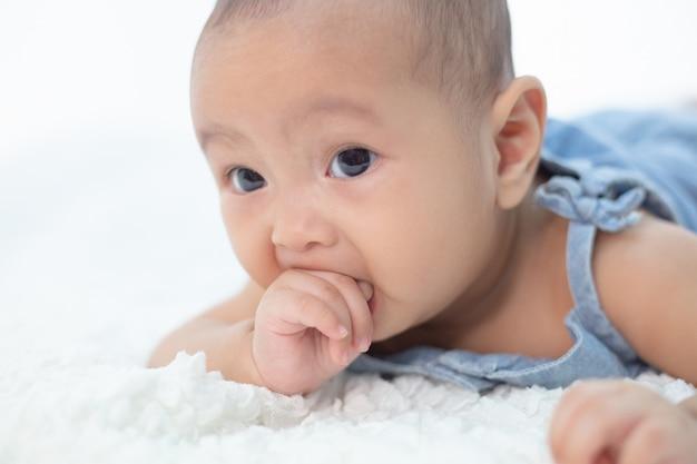 Pasgeboren babyhand, selectieve nadruk