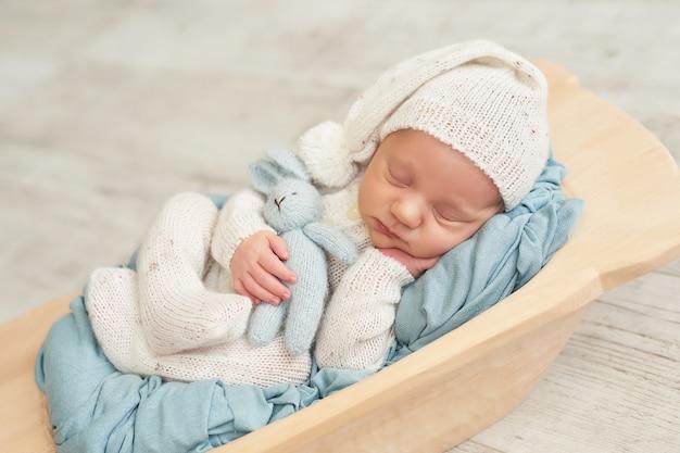 Pasgeboren babyjongen slapen
