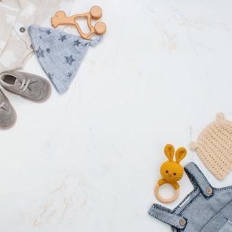 Pasgeboren babykleding en zitzakken op marmer