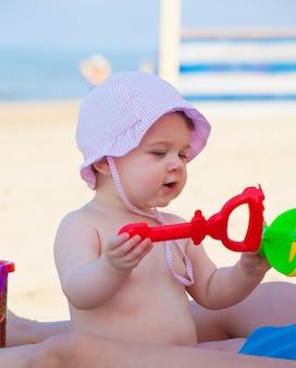 Pasgeboren babymeisje bij het overzees