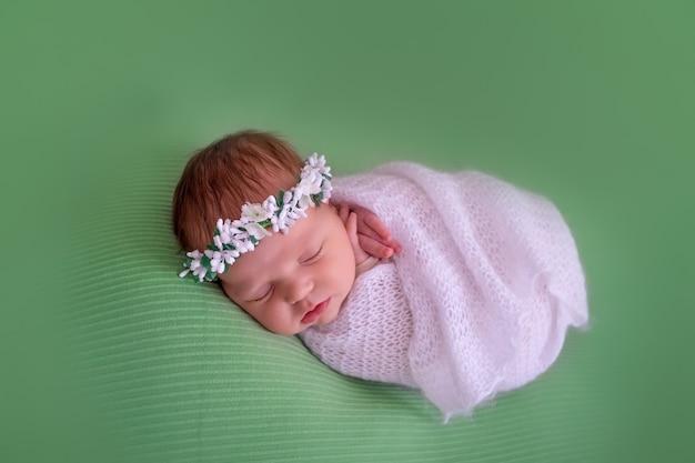 Pasgeboren babyslaap op groene achtergrond