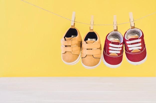 Pasgeboren concept met twee schoenen op de kledinglijn