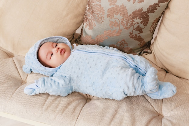 Pasgeboren gemengd ras aziatische blanke jongen. natuurlijke binnenverlichting. koele tinten.