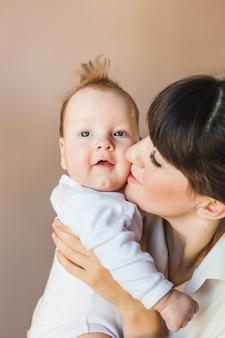 Pasgeboren in de armen van moeder, familie en baby, kleine baby