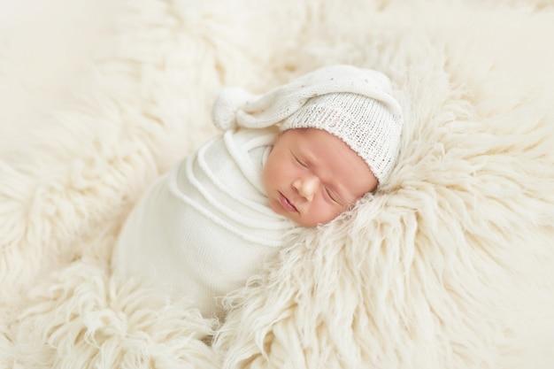 Pasgeboren jongen thuis slapen