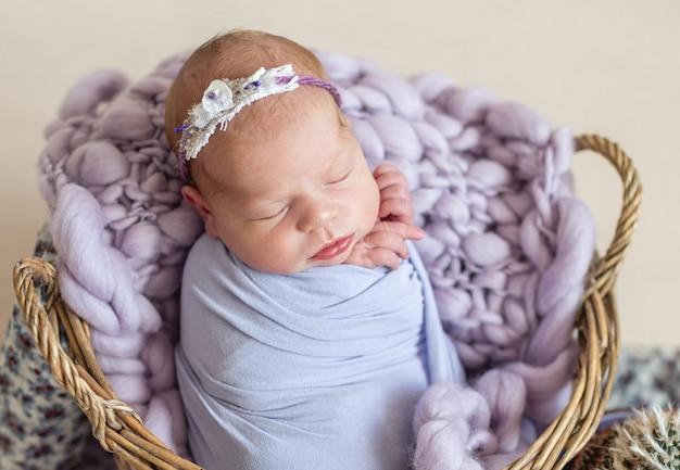 Pasgeboren kind in de mand
