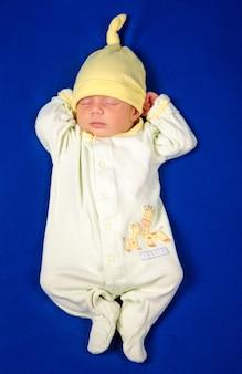 Pasgeboren kleine jongen slapen