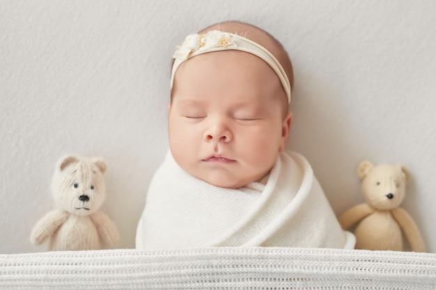 Pasgeboren meisje op een lichte achtergrond