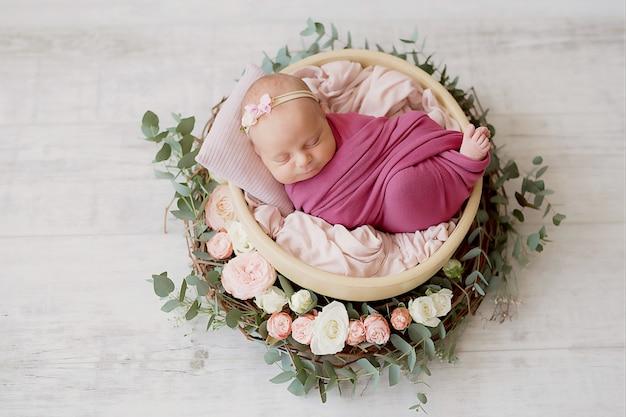 Pasgeboren meisje op een wit