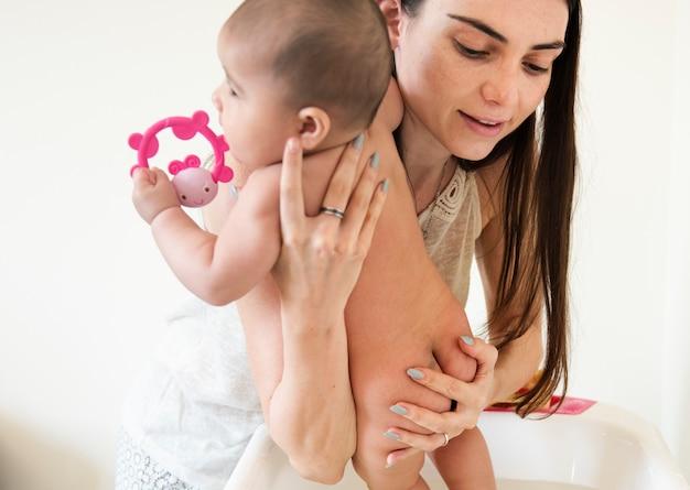Pasgeboren moeder en baby houden van emotionele familie