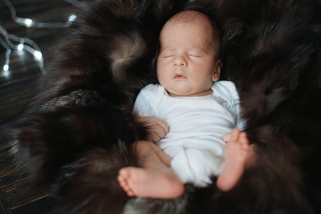 Pasgeboren slaapt vredig op een bontdeken