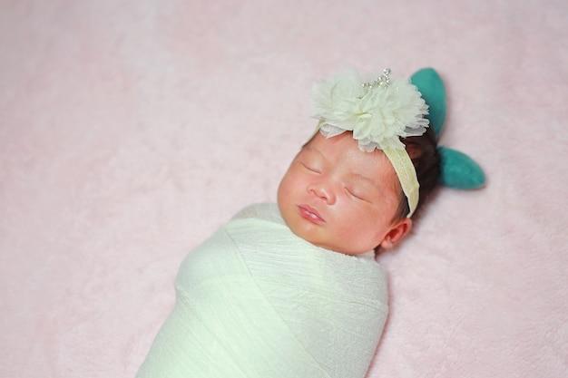 Pasgeboren slapen op een donzig zacht bed