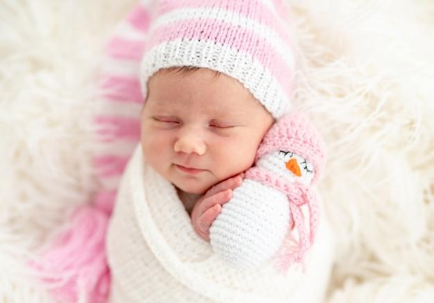 Pasgeboren speelgoed houden