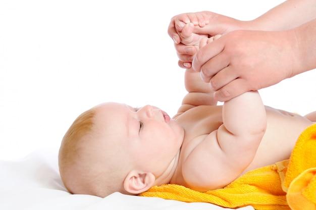 Pasgeboren zit en houdt moederhanden