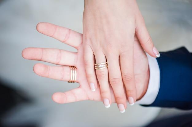 Pasgetrouwde handen met ringen
