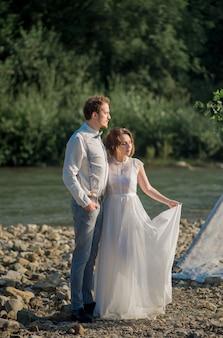 Pasgetrouwden gekleed in vintage stijl van bergen rotsen op een prachtig landschap
