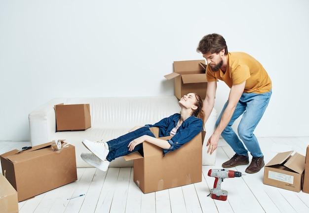 Pasgetrouwden in een nieuw appartement dozen met dingen uitpakken levensstijl