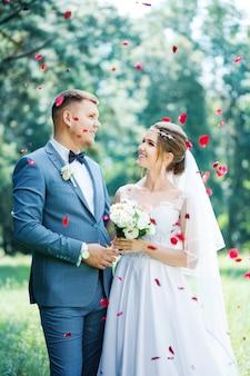 Pasgetrouwden in rozenblaadjes