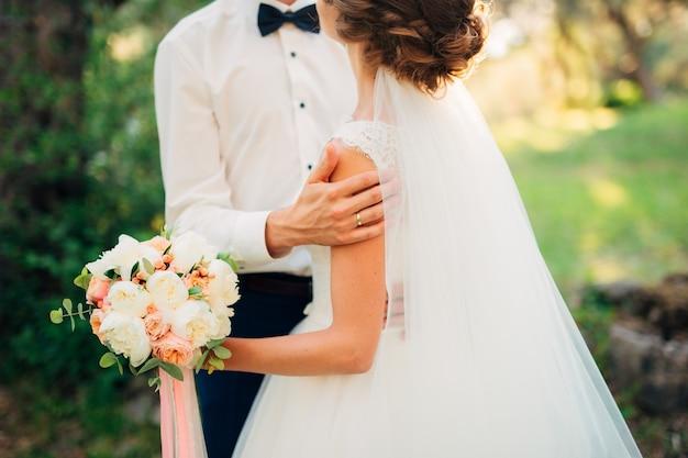 Pasgetrouwden omhelzen elkaar in montenegro