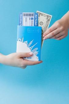 Paspoort, dollars en vliegticket in vrouwenhand