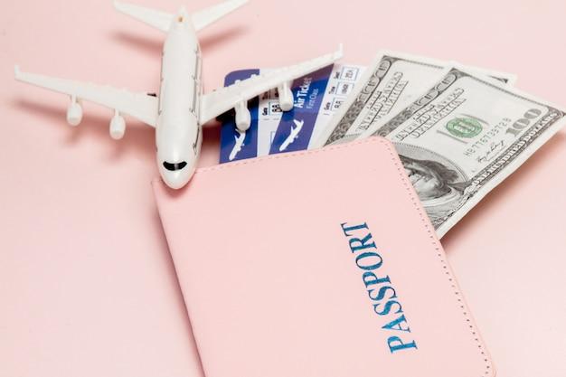 Paspoort, dollars, vliegtuig en vliegticket. reisconcept, exemplaarruimte