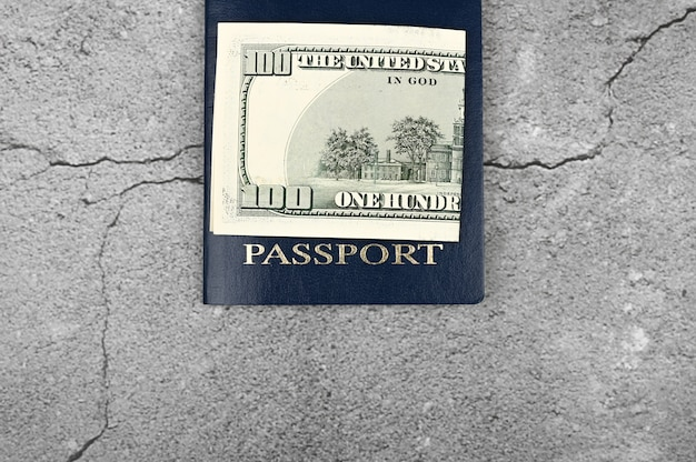 Paspoort en geld. plat liggen. plaats voor een inscriptie. visa in het buitenland. beste immigratie.
