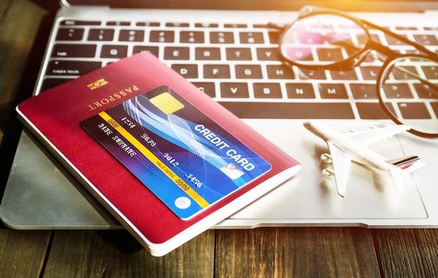 Paspoort en h-creditcard op laptop