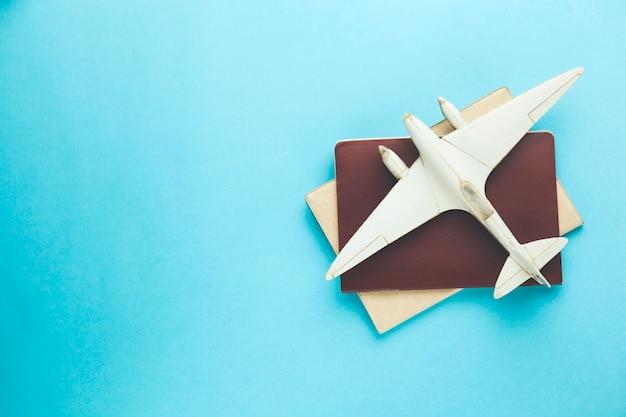 Paspoort en vliegtuig