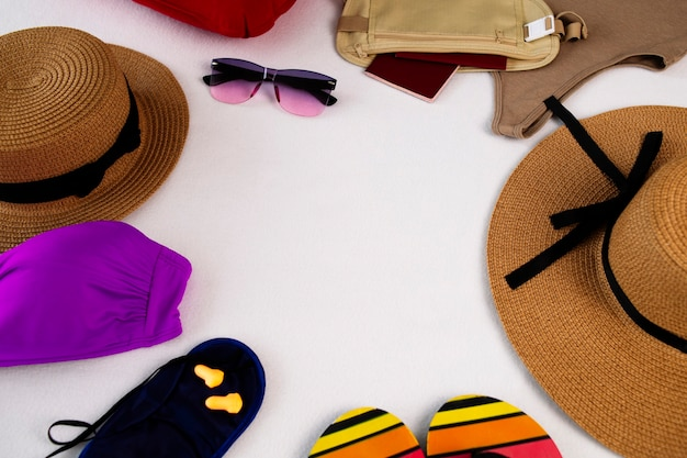 Paspoort in een heuptas flip-flops veiligheidsbril en strooien hoed vliegtuig opblaasbaar kussen slaapmasker en oordopjes voor vliegreizen badkleding met kopie ruimte