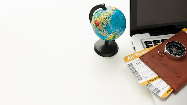 Paspoort, kompas en laptop met hoge hoek