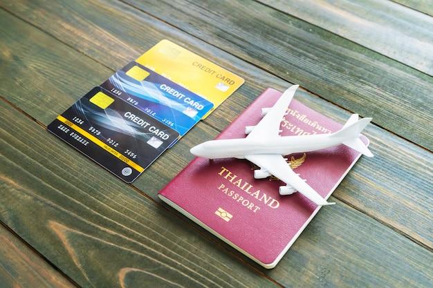 Paspoort met creditcard op houten bureau