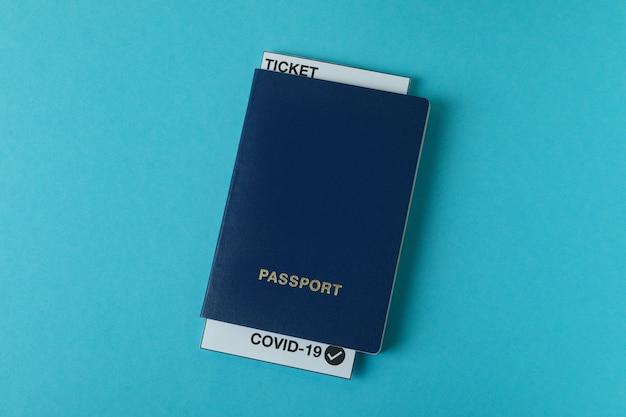 Paspoort met kaartje en covid - 19 mark op blauwe achtergrond
