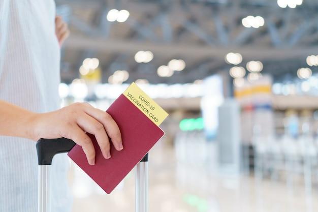 Paspoort met vaccinatie op de luchthaven