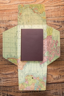 Paspoort op de top van een kaart van de wereld van bovenaf gezien