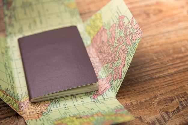 Paspoort op de top van een wereldkaart