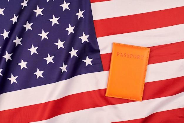 Paspoort op de vlag van de verenigde staten van amerika. nationale vlag van de vs, patriottisch symbool van amerika. burgerschap concept.