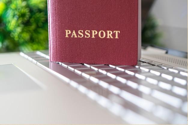 Paspoort op het toetsenbord. concept van online identificatie bij registratie op een website op internet. internetten met paspoort. aankoop van vliegtickets. hotelboeking. online inchecken voor vlucht