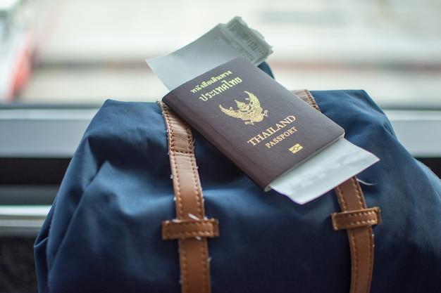 Paspoort op rugzak op luchthaven wachten reizen.