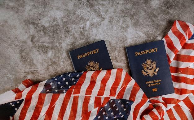 Paspoort van de vs onder amerikaans klassiek paspoort op amerikaanse vlag.
