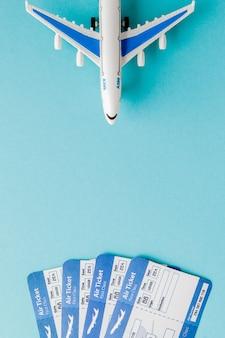 Paspoort, vliegtuig en vliegticket op blauw
