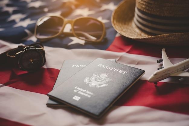 Paspoort wordt op de amerikaanse vlag geplaatst. voorbereiden op een legitieme reis