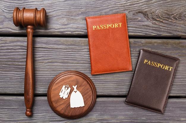 Paspoorten en houten hamer. echtscheiding concept bovenaanzicht plat leggen.