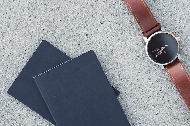 Paspoorten met een horloge op betonachtergrond