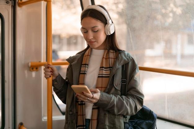 Passagier die met de tram door de stad reist