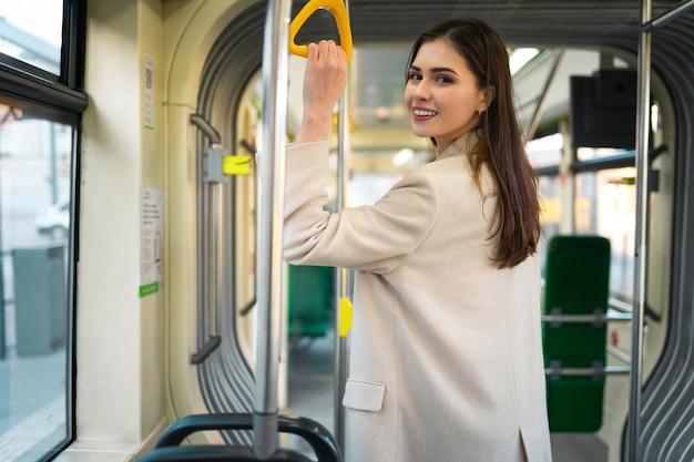 Passagier die zich in de tram bevindt.