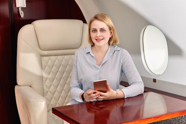 Passagier op stoel aan boord van vliegtuigen.