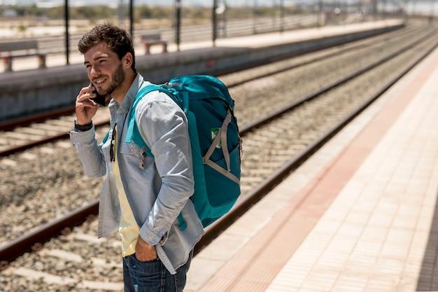Passagier op zoek naar trein
