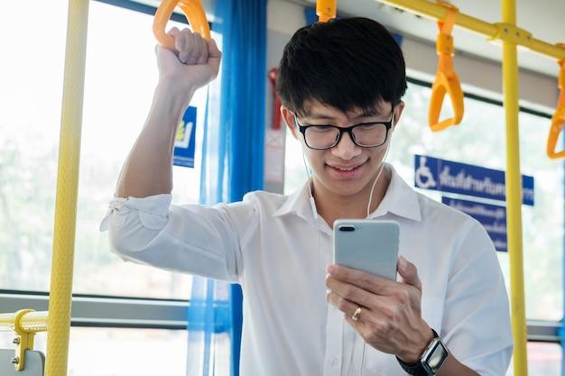 Passagier transport. mensen in de bus, luisteren naar muziek terwijl ze naar huis rijden.