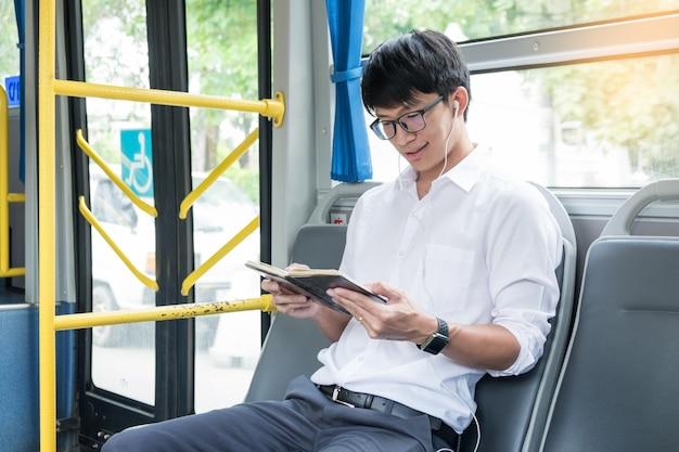 Passagier transport. mensen in de bus, luistermuziek en leesboek terwijl ze naar huis rijden