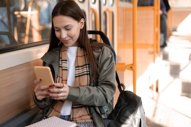 Passagier zit in de tram openbaar vervoer